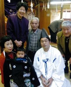 《遠山の子は、氏神様諏訪神社の霜月祭りの時に初参りをする》